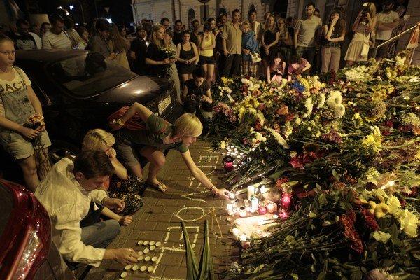 Pred holandskou ambasádou v Kyjeve si ľudia pripomínajú obete tragédie.