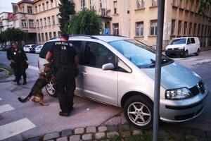 Drogy mal v aute pred budovou polície v Trnave.