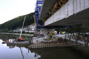 Nový železničný most ponad priehradu Nosice.