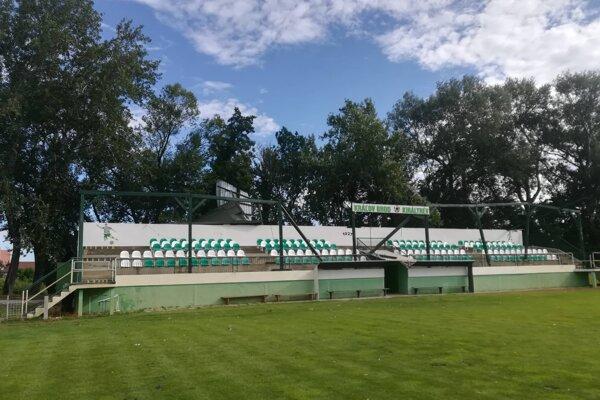 Zničená strecha na futbalovom ihrisku v Kráľovom Brode.