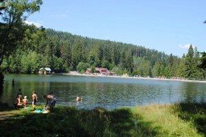 Jazero je v lete navštevovaným miestom.
