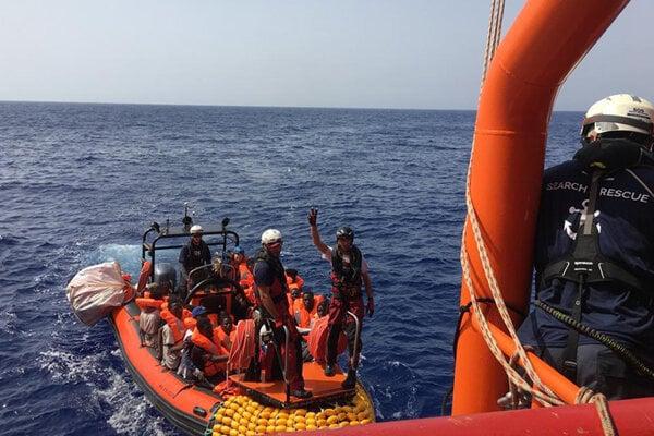 Migranti sa naloďujú na Ocean Viking.