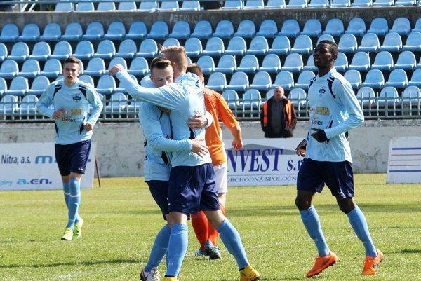 Spoločná radosť strelcov oboch gólov rezervy FC Nitra Andreja Hnilicu a Matúša Bartoška. Vľavo Kinče, vpravo Lola.