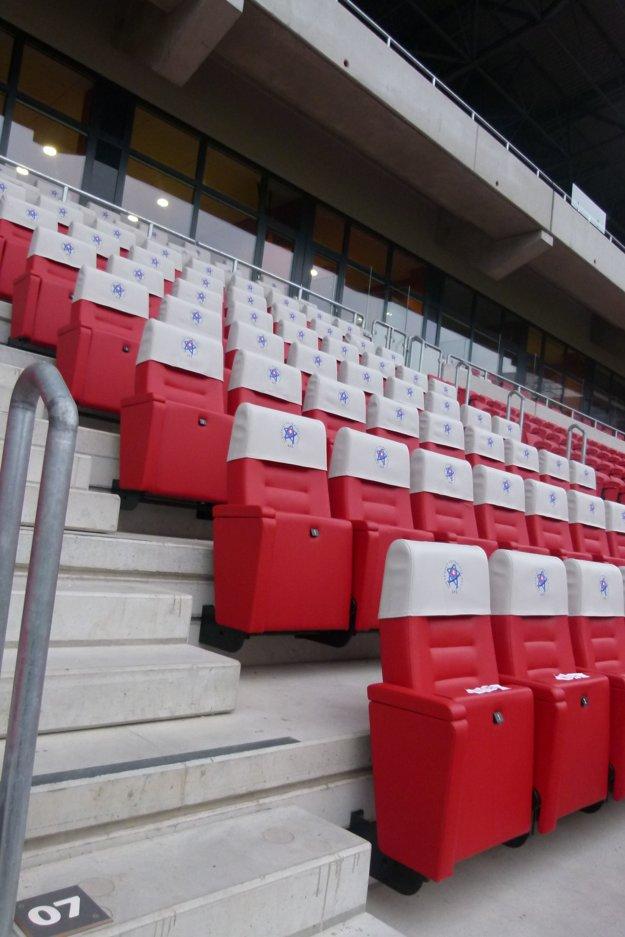 70 luxusných sedadiel vo VIP priestoroch.