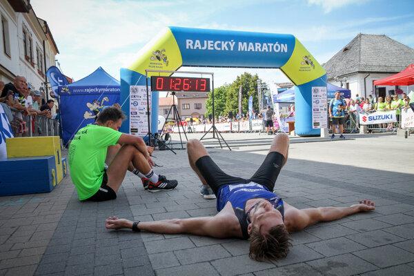 Aj tí bežci, ktorí včera dorazili do cieľa Rajeckého maratónu, boli poriadne vyčerpaní.