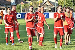 Futbalisti Nededu sa tešili z vysokej výhry 7:1. V popredí Radovan Hadža (10), Martin Bocian (7), Matúš Pevala (18) a tréner Peter Peciar (12).