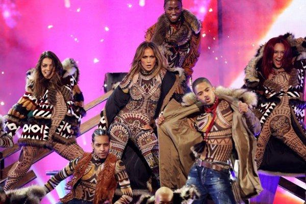 Jennifer Lopezová (v strede) počas vystúpenia na AMA´s