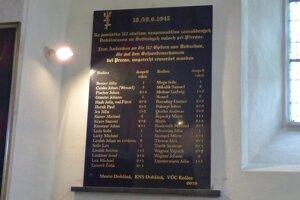 Pamätná tabuľa zavraždených Dobšinčanov.