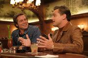 Brad Pitt a Leonardo DiCaprio vo filme Vtedy v Hollywoode. Natočil ho Quentin Tarantino.