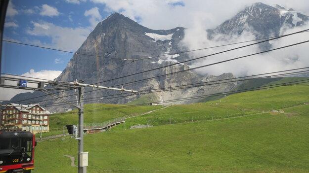 Severná stena Eigeru, odfotiť sa ju podarilo až cestou naspäť.