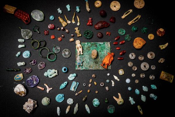 V truhlici našli celkovo viac ako sto predmetov.