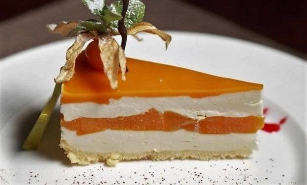 Jogurtovo-smotanová torta s broskyňami