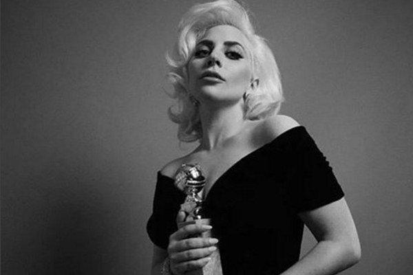 Speváčka Lady Gaga pózuje so svojou soškou Zlatého glóbusu