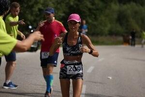 Andrea Hudeková na trati Rajeckého maratónu. Pitný režim bol v úmornom počasí základom.