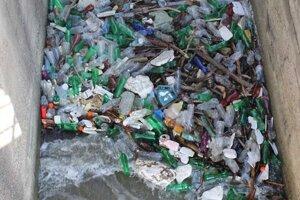 Voda priniesla množstvo odpadkov.