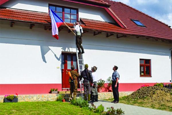 Vyvesenie zástavy na dom Samčíkovcov.