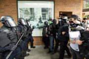 Polícia v Portlande zasahovala proti demonštrantom.