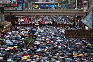 V Hongkongu vyšli ľudia opäť do ulíc.