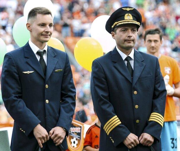 Vpravo kapitán Damir Jusupov, a druhý pilot Georgij Murzin.