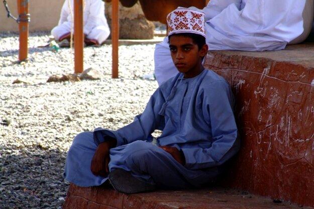 Ománsky chlapec v typickej čiapke