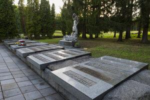 Pamätníky na tragédiu, umiestnené v obci.