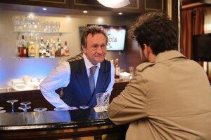Ľubo Paulovič stvárňuje barmana Sama Satovského, ktorý vie všetko o všetkých, a preto si k nemu každý chodí po radu.