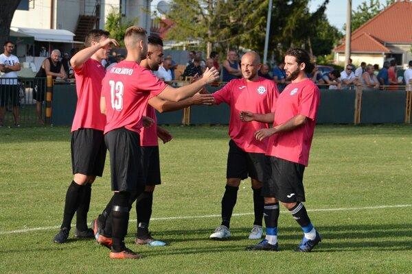 Päťkrát sa takto tešili Kolárovčania v pohárovom zápase proti Kalnej.