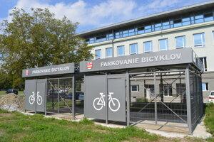 Kryté parkoviská pre bicykle pri Prešovskej univerzite.