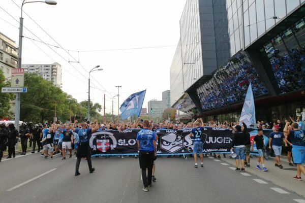 Pochod fanúšikov gréckeho futbalového klubu PAOK Solún v Bratislave.