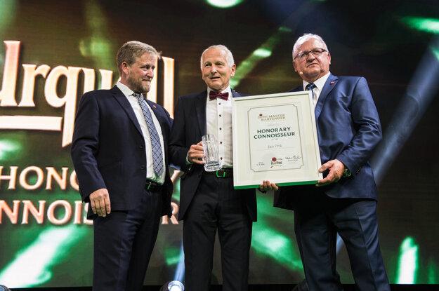 Čestné ocenenie Honorary Connoisseur pre českého kardiochirurga Jana Pirka (uprostred).