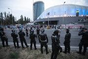 Polícia dohliada na prichádzajúcich fanúšikov pred začiatkom zápasu.