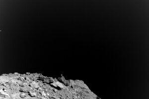 Prvý záber z kamery MASCAM, ktorý urobila pri klesaní sondy Haxabusa 2. Najzaujímavejšia je pre vedcov