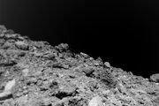 Krátko pred kontaktom s povrchom asteroidu Ryugu.