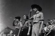 Slovenskí skauti na archívnej fotografii v roku 1945.