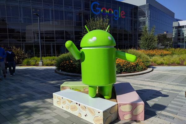 Socha staršieho operačného systému Android Nougat pred areálom Google v Kalifornii.
