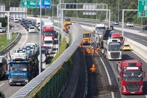 Na snímke dopravná situácia na Einsteinovej ulici (vpravo) a uzavretý pravý jazdný pás diaľnice D1 (smer Žilina) na úseku Most Lafranconi a Prístavný most (v strede) počas opravy vozovky v Bratislave.