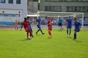 V 2. lige sa doma predstaví Púchov (v červenom), Dubnica (v modrom) hrá v Bratislave so Slovanom B.