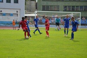 Púchov (v červenom) hostí Petržalku, Dubnica (v modrom) hrá v Bratislave so Slovanom B.