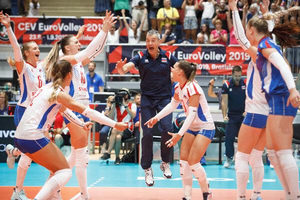 Hráčky zo Slovenska a tréner Marco Fenoglio (uprostred) oslavujú víťazstvo po skončení zápasu D-skupiny medzi Slovensko - Švajčiarsko na majstrovstvách Európy žien 2019.