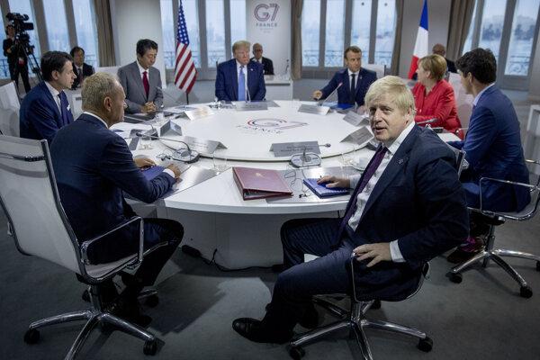 Okrúhly stôl na summite.