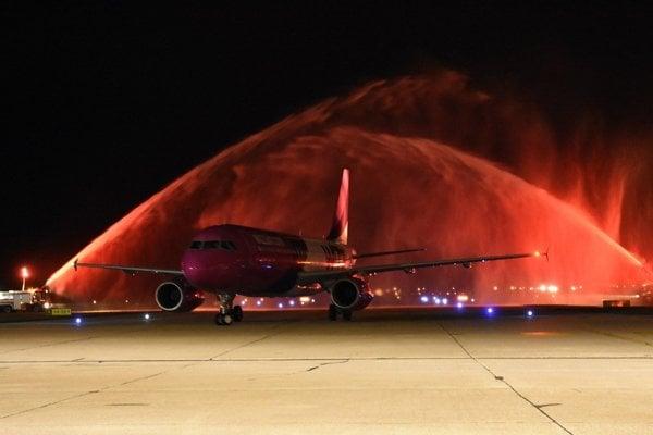 Vodnú bránu nad lietadlom Wizz Air vytvorili hasičské autá.