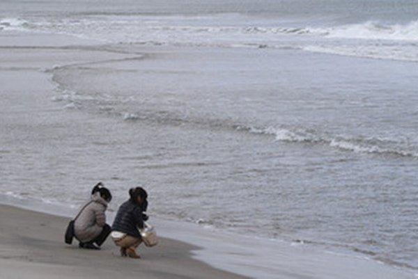 Japonky sa modlia za obete katastrofy spred troch rokov.