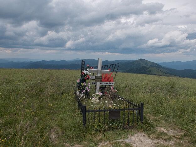 Hrob partizána na vrchole Ploskej.