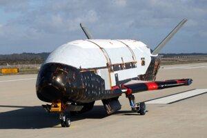 Bezpilotný experimentálny raketoplán X-37B na pristávacej dráhe.