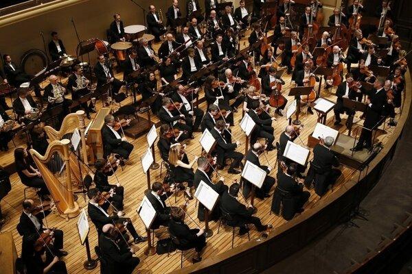Symfonický Orchester Českého rozhlasu s dirigentom Johnom Nelsonom.