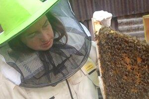 Nesedelo jej, aký jazyk sa používa v tradičnej komunite včelárov.