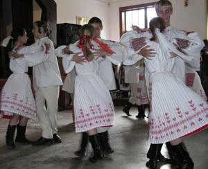 v časti programu eniky beniky si vyslúžili búrlivý potlesk za dynamické horehronské tance mladí tanečníci z folklórneho súboru fatran pri pk v martine.