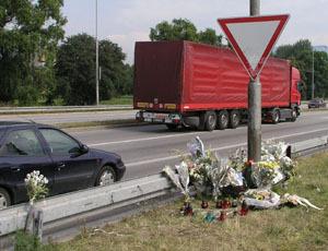 Desiatky kytíc a sviečok označujú, kde zbytočne vyhasli tri mladé životy...