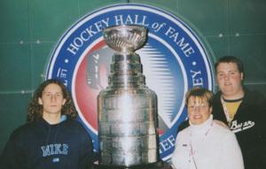 ivan lamoš v hokejovej sieni slávy v toronte s tylerom a gail maresovcami
