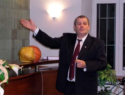 tibor vasiľko rozpráva o basketbale, na snímke vidieť aj historické lopty.